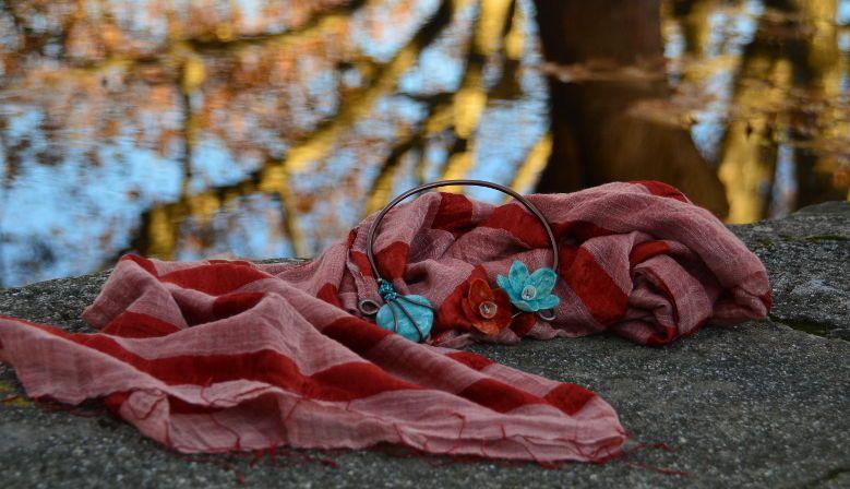 Beau mariage d'une écharpe en soie et d'un collier création